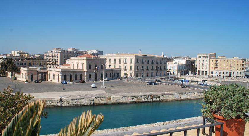 Porto di siracusa alberghi vacanze sicilia harbours for Alberghi di siracusa