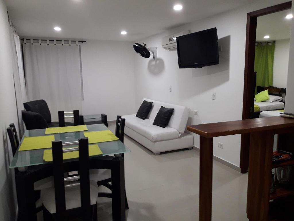 Moderno apartamento frente al mar moderno apartamento for Adornos para departamentos modernos