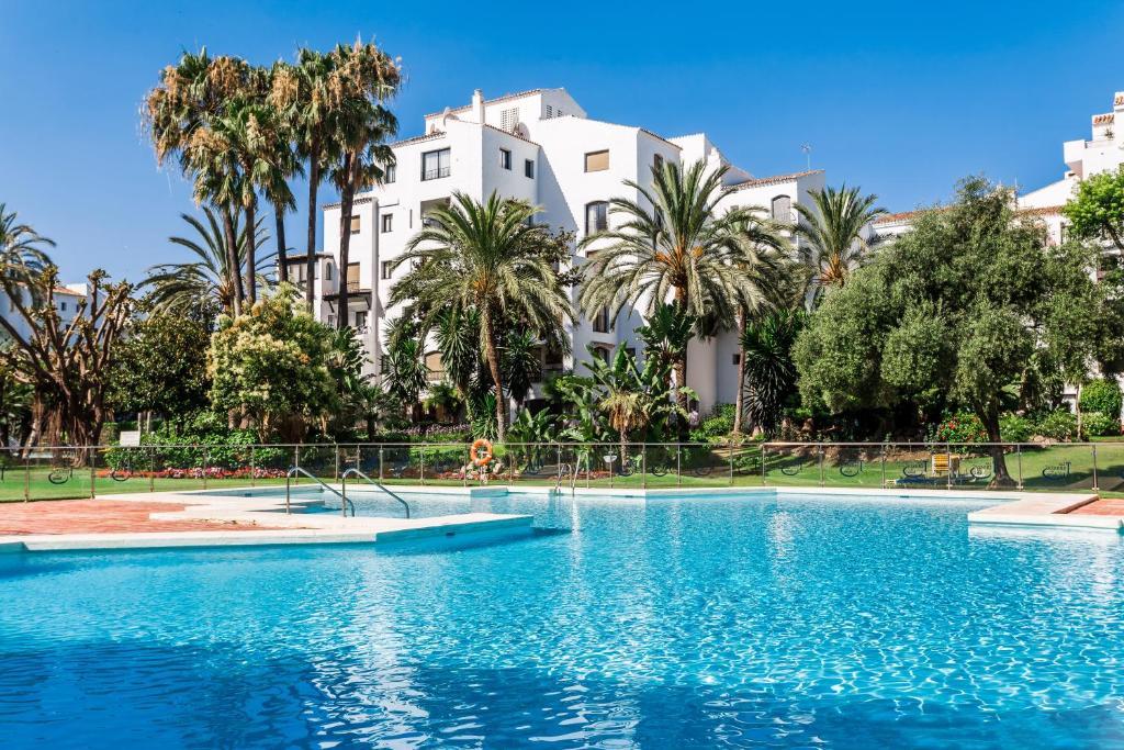 Stylish apartment puerto banus marbella c p nh t gi for Jardines del puerto puerto banus
