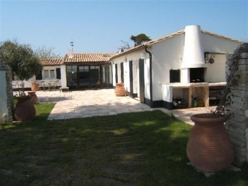 Rental villa villa contemporaine avec grand jardin proche for Jardin villa contemporaine
