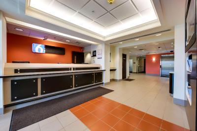 motel 6 toronto mississauga 6 motel 6. Black Bedroom Furniture Sets. Home Design Ideas