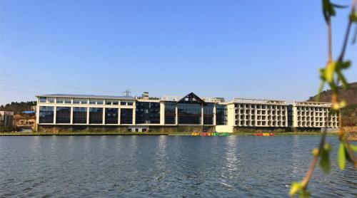 客人可以在紫清湖温泉度假酒店附近打高尔夫球.
