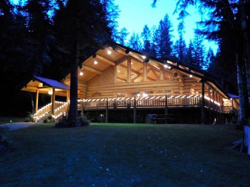 西方游乐场游客牧场山林小屋