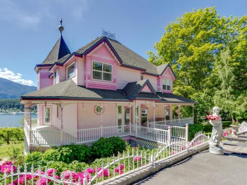 The Pink House With Cottage