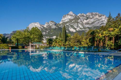 grand resort酒店的室外游泳池享有美丽的山景,客人可以坐在阳光露台